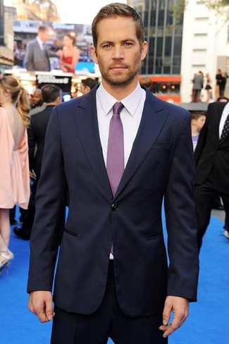 Traje azul marino camisa de vestir blanca corbata en violeta large 633