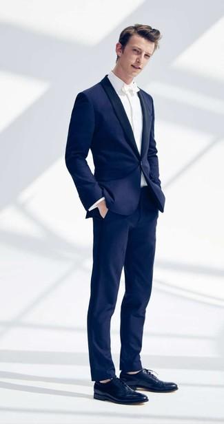 Cómo combinar: traje azul marino, camisa de vestir blanca, zapatos oxford de cuero azul marino, corbatín blanco
