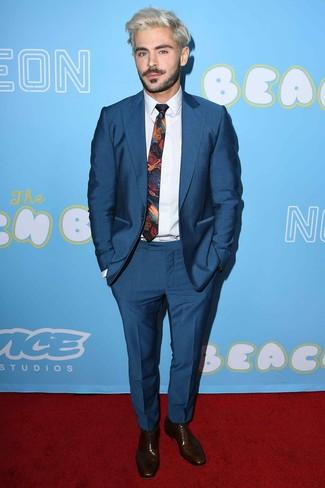Cómo combinar: traje azul marino, camisa de vestir blanca, zapatos oxford de cuero en marrón oscuro, corbata estampada en multicolor