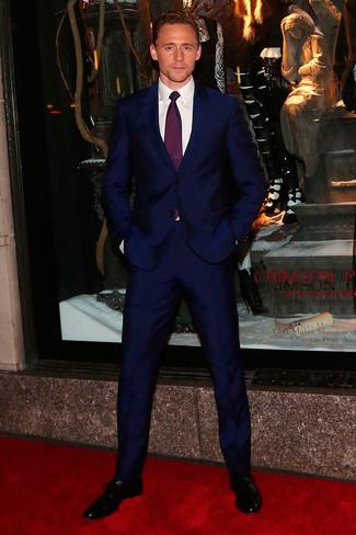 Cómo combinar: traje azul marino, camisa de vestir blanca, zapatos oxford de cuero negros, corbata morado oscuro