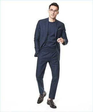 Cómo combinar: traje a cuadros azul marino, jersey con cuello circular azul marino, zapatos brogue de cuero en marrón oscuro, pañuelo de bolsillo en gris oscuro