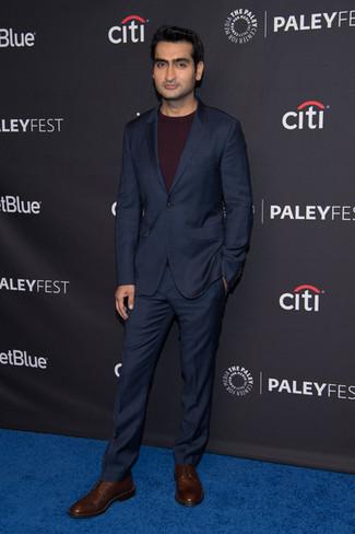 Cómo combinar: traje azul marino, jersey con cuello circular burdeos, zapatos derby de cuero en marrón oscuro