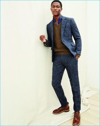 Cómo combinar: traje de lana azul marino, jersey de pico marrón, botas casual de cuero marrónes, bufanda de seda estampada azul
