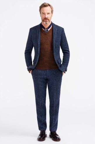 Cómo combinar: traje de lana azul marino, jersey de pico marrón, botas formales de cuero negras, bufanda de seda estampada azul marino