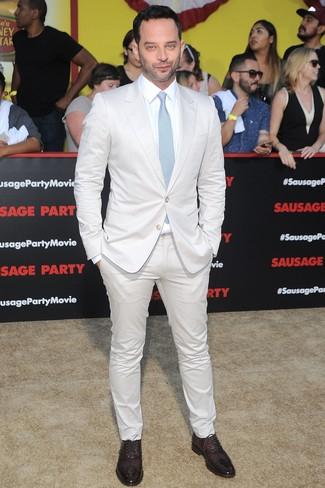 Cómo combinar: traje blanco, camisa de vestir blanca, zapatos oxford de cuero burdeos, corbata celeste