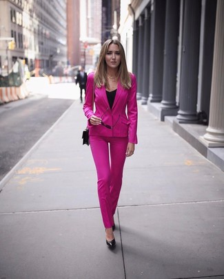 Cómo combinar: traje rosa, blusa sin mangas negra, zapatos de tacón de cuero negros, bolso bandolera de cuero negro