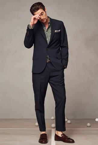 Cómo combinar: traje negro, camisa de manga larga de cambray gris, mocasín con borlas de cuero en marrón oscuro, pañuelo de bolsillo de tartán marrón