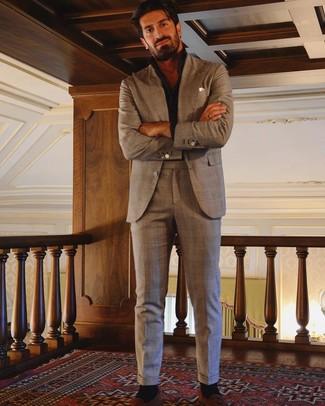 Cómo combinar: traje de tartán marrón, camisa de manga larga negra, mocasín con borlas de ante en tabaco, pañuelo de bolsillo blanco