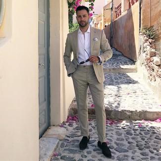 Cómo combinar: traje en beige, camisa de manga larga blanca, mocasín con borlas de ante negro, pañuelo de bolsillo estampado en blanco y azul
