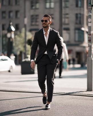 Cómo combinar: traje negro, camisa de manga larga blanca, mocasín con borlas de cuero negro, gafas de sol negras