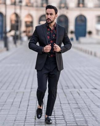 Cómo combinar: traje negro, camisa de manga larga con print de flores negra, mocasín de cuero negro, reloj de cuero negro
