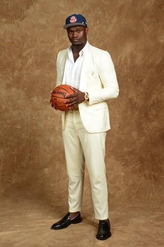 Cómo combinar: traje blanco, camisa de manga larga blanca, mocasín de cuero negro, gorra de béisbol estampada azul marino