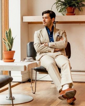 Cómo combinar: traje en beige, camisa de manga larga de cambray azul marino, mocasín de ante en tabaco, pañuelo de bolsillo blanco