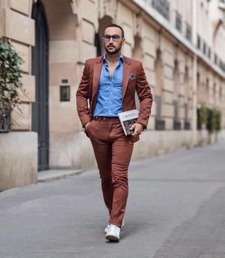 Cómo combinar: traje en tabaco, camisa de manga larga azul, tenis de cuero blancos, pañuelo de bolsillo de cuadro vichy en blanco y azul marino