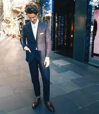 Cómo combinar: traje azul marino, camisa de manga larga blanca, zapatos brogue de cuero negros, pañuelo de bolsillo blanco
