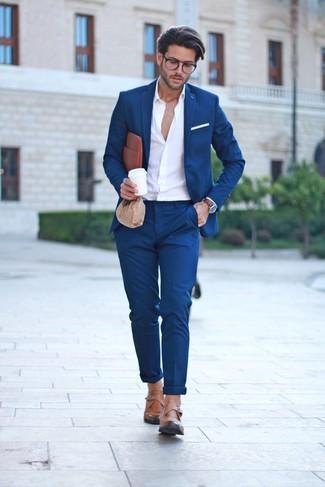 Cómo combinar: traje azul marino, camisa de manga larga blanca, zapatos con hebilla de cuero marrón claro, bolso con cremallera de cuero marrón