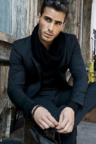 Cómo combinar: traje negro, camisa de manga larga negra, zapatos derby de cuero negros, bufanda negra