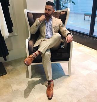 Cómo combinar: traje en beige, camisa de manga larga de rayas verticales celeste, zapatos derby de cuero marrónes, pañuelo de bolsillo blanco