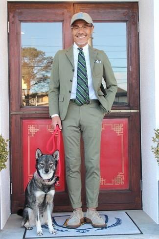 Cómo combinar: traje verde oliva, camisa de vestir blanca, botas safari de lona verde oliva, gorra de béisbol en beige