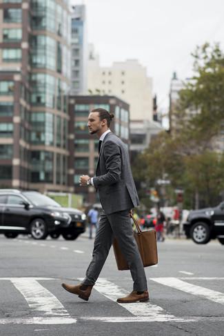 Cómo combinar: traje gris, camisa de vestir blanca, botines chelsea de cuero marrónes, bolsa tote de cuero marrón