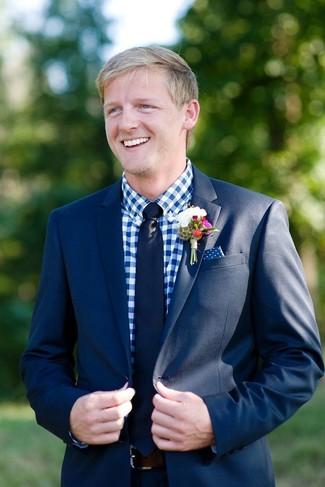 Cómo combinar: traje azul marino, camisa de vestir de cuadro vichy en blanco y azul, corbata azul marino, pañuelo de bolsillo a lunares en azul marino y blanco