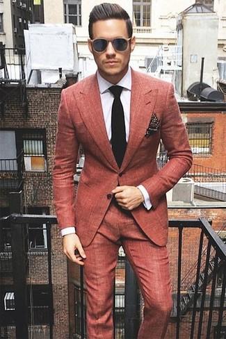 Cómo combinar: traje rojo, camisa de vestir a cuadros blanca, corbata de punto negra, pañuelo de bolsillo a lunares en marrón oscuro