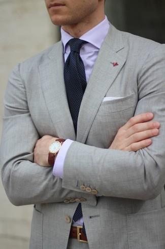 Cómo combinar: traje gris, camisa de vestir violeta claro, corbata a lunares azul marino, pañuelo de bolsillo blanco