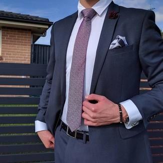 Cómo combinar: traje azul marino, camisa de vestir celeste, corbata estampada morado, pañuelo de bolsillo celeste