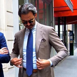 Cómo combinar: traje marrón, camisa de vestir celeste, corbata a lunares azul, pañuelo de bolsillo estampado marrón