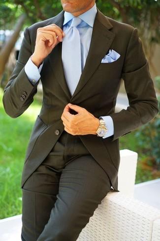Cómo combinar: traje en gris oscuro, camisa de vestir celeste, corbata celeste, pañuelo de bolsillo celeste