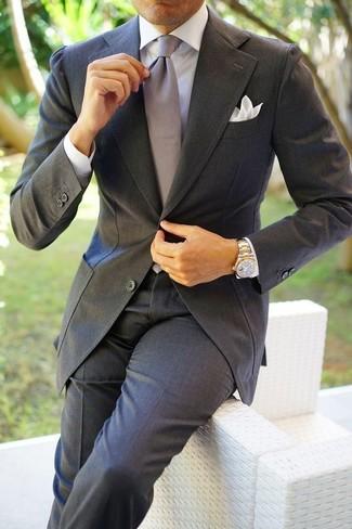 Cómo combinar: traje en gris oscuro, camisa de vestir blanca, corbata de seda gris, pañuelo de bolsillo blanco