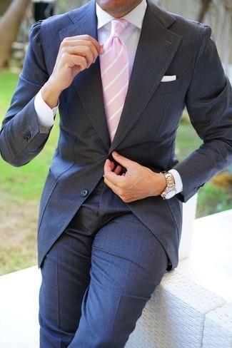 Cómo combinar: traje en gris oscuro, camisa de vestir blanca, corbata de rayas verticales rosada, pañuelo de bolsillo blanco