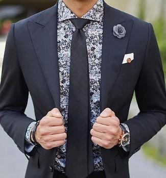 Cómo combinar: traje negro, camisa de vestir con print de flores negra, corbata negra, pañuelo de bolsillo blanco