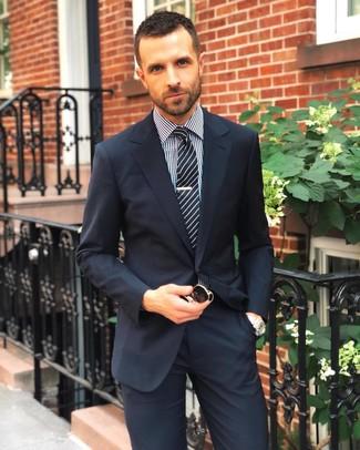 Cómo combinar: traje azul marino, camisa de vestir de cuadro vichy en negro y blanco, corbata de rayas verticales en negro y blanco, gafas de sol negras