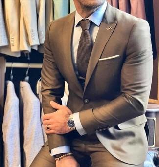 Cómo combinar: traje marrón, camisa de vestir blanca, corbata de punto marrón, pañuelo de bolsillo blanco