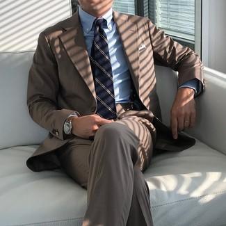 Cómo combinar: traje marrón, camisa de vestir de rayas verticales celeste, corbata de rayas verticales azul marino, pañuelo de bolsillo blanco