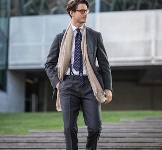 Cómo combinar: traje en gris oscuro, camisa de vestir blanca, corbata estampada azul marino, pañuelo de bolsillo azul marino