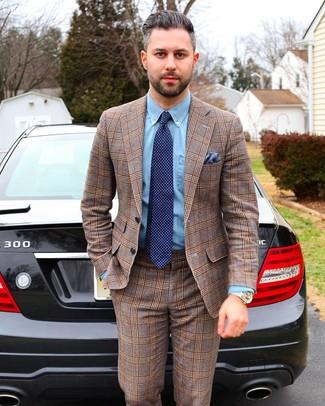 Cómo combinar: traje de tartán marrón, camisa de vestir de cambray celeste, corbata a lunares azul marino, pañuelo de bolsillo azul