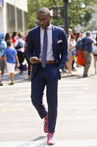 Cómo combinar: traje azul, camisa de vestir a cuadros blanca, deportivas rosa, corbata a lunares en azul marino y blanco