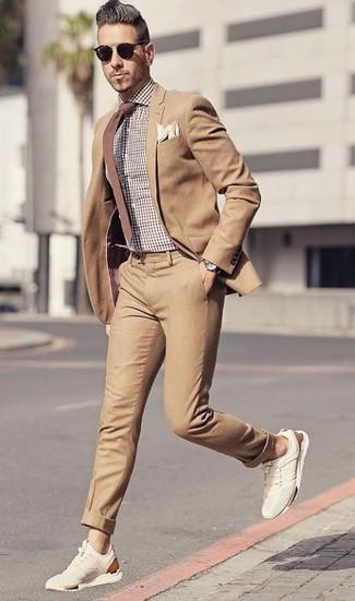 Cómo combinar: traje marrón claro, camisa de vestir de cuadro vichy marrón, deportivas de ante en beige, corbata marrón