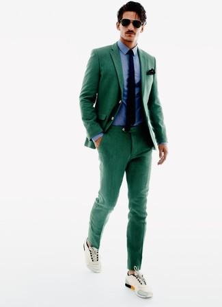 Cómo combinar: traje verde, camisa de vestir azul, deportivas en beige, corbata azul marino