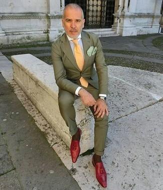 Cómo combinar: traje verde oliva, camisa de vestir blanca, mocasín con borlas de cuero rojo, corbata amarilla