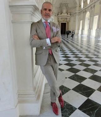 Cómo combinar: traje gris, camisa de vestir celeste, mocasín con borlas de cuero rojo, corbata rosada