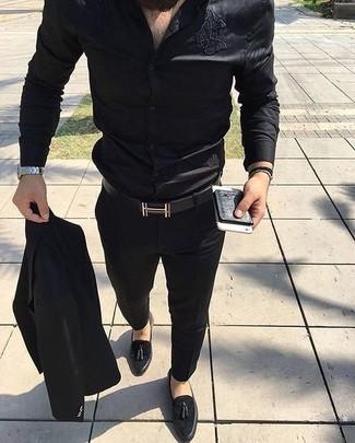Cómo combinar: traje negro, camisa de vestir de seda negra, mocasín con borlas de ante negro, correa de cuero negra