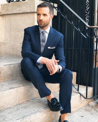 Cómo combinar: traje azul marino, camisa de vestir blanca, mocasín con borlas de cuero negro, corbata de tartán gris