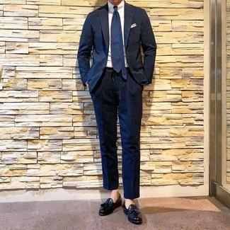 Cómo combinar: traje azul marino, camisa de vestir blanca, mocasín con borlas de cuero negro, corbata azul marino
