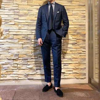 Cómo combinar: traje azul marino, camisa de vestir de rayas verticales en blanco y azul marino, mocasín con borlas de ante negro, corbata de seda azul marino