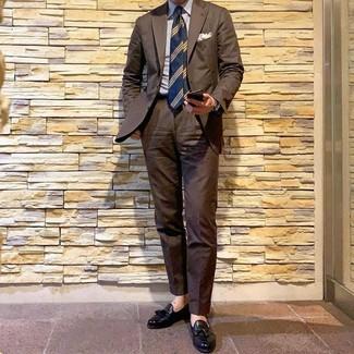 Cómo combinar: traje marrón, camisa de vestir de rayas verticales en blanco y azul, mocasín con borlas de cuero negro, corbata de rayas horizontales azul marino