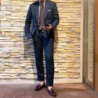 Cómo combinar: traje azul marino, camisa de vestir de rayas verticales blanca, mocasín con borlas de cuero burdeos, corbata a lunares en marrón oscuro