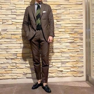 Cómo combinar: traje en marrón oscuro, camisa de vestir de rayas verticales en blanco y azul marino, mocasín con borlas de cuero negro, corbata de rayas horizontales verde oscuro
